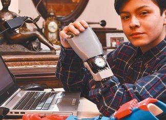 Mano robótica creada por niño boliviano