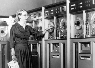 Grace Hopper; mejor conocida como Amazing Grace, nace el 9 de diciembre de 1906 en la ciudad de Nueva York, en el seno de una familia que estaba estrechamente vinculada con la marina de Estados Unidos. Su padre; era un corredor de seguros, mientras que su abuelo un ingeniero, quienes le inculcaron la necesidad de adquirir conocimientos, estudiar, para que esta desarrollara habilidades, que desde pequeña, demostró tener.