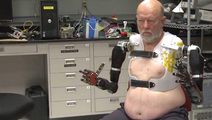 Brazo robótico manejado con la mente