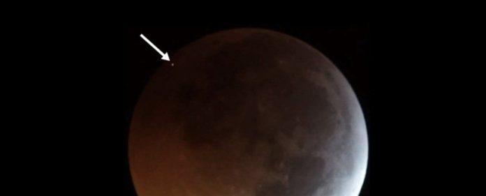Un meteorito que se estrella contra la luna durante un eclipse lunar