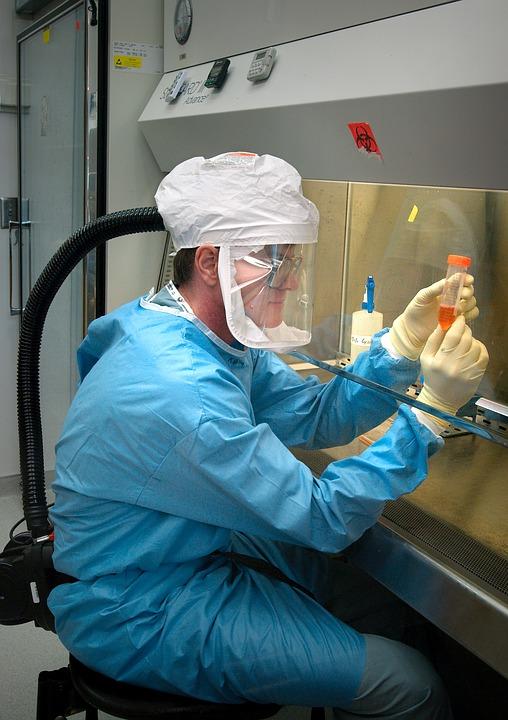 científico busca la cura del coronavirus